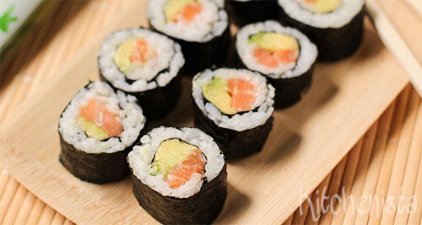 Maki sushi met zalm en avocado