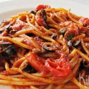 Spaghetti alla puttanesca (pittige tomatensaus)