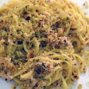 Spaghetti met krab en knoflookbroodkruim