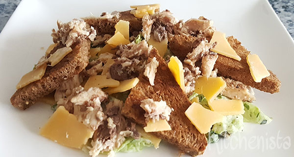 Salade met sardientjes, kaas en croutons