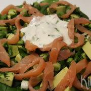 Spinaziesalade met zalm, avocado en limoenmayo