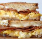 Tosti met roerei, bacon en kaas
