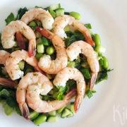 Groene salade met gemarineerde garnalen