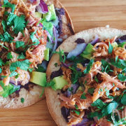 Tostada's met pulled chicken en zwartebonenpuree