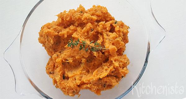 Zoete aardappelpuree met groene kruiden