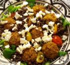 Lauwwarme linzensalade met falafel en feta