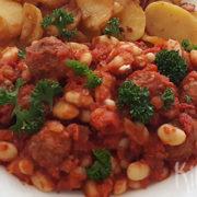 Witte bonen en gehaktballetjes in tomatensaus