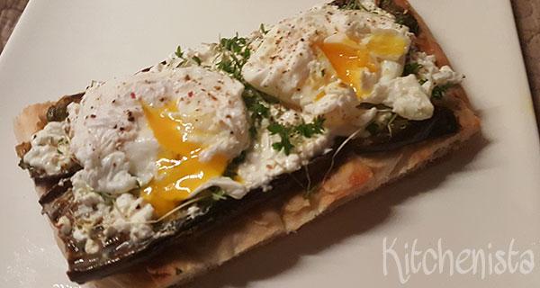 Turks brood met gegrilde aubergine en gepocheerd ei