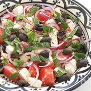 Salade van watermeloen, feta, olijven en rode ui