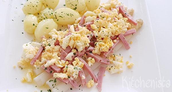 Asperges met ham, ei en gesmolten boter