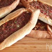 Kıymalı pide (Turks gehaktbroodje)