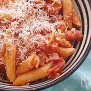 Pasta met ham en prei in pittige tomatensaus