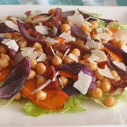 Salade met kikkererwten, gegrilde ui en wortel