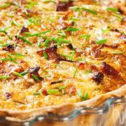 Quiche lorraine met kaas, prei en ui