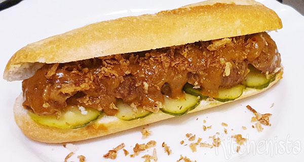 Broodje Indische gehaktballetjes in pindasaus