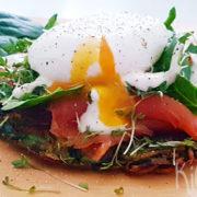 Aardappelkoekjes met spinazie, zalm en een gepocheerd ei