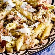 Snelle pastasalade met tonijn en pesto