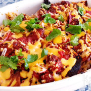 Chilaquiles met salsa, gehakt en kaas