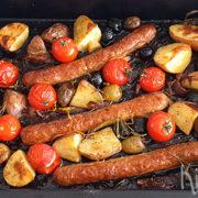 Traybake met worstjes, cherrytomaatjes en aardappels
