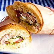 Salade niçoise met tonijn in een baguette