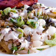 Salade van witlof met bleekselderij en blauwe kaas dressing