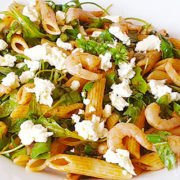 Pastasalade met garnalen, feta, rucola en tomatendressing