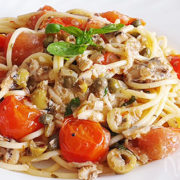 Spaghetti met sardientjes, tomaatjes, olijven en kappertjes