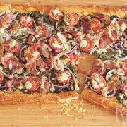 Plaattaart met spinazie, spek, ui en blauwe kaas