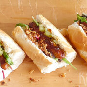 Sticky chipolataworstjes in een broodje – hotdogs 2.0