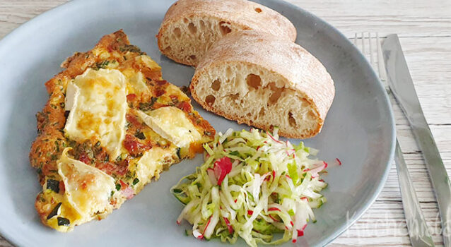 Gevulde omelet met courgette, brie, spekjes, bieslook en ui