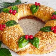 Hartige kerstkrans met gehakt, kaas en salami