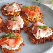 Latkes met zalm en rauwe ham en gekruide zure room