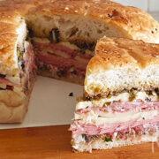 Muffuletta sandwich met vleeswaren, kaas en olijvensalade