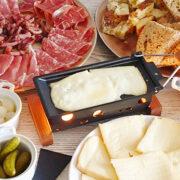 Zwitserse raclette met brood en bijgerechten