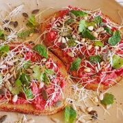 Open sandwich met rode bietenspread, alfalfa en kruiden