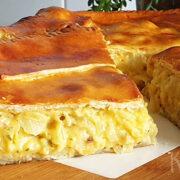 Hartige taart met uien, cheddar en aardappel