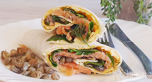 Tortillawrap met gerookte zalm, omelet en spinazie