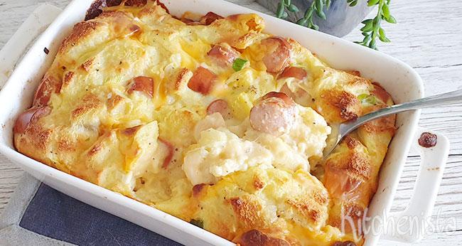 Broodpudding van eieren, worstjes en kaas