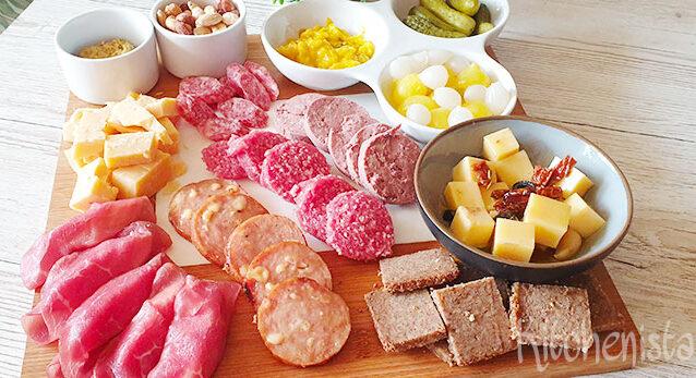 Hollandse borrelplank met roggebrood en zuur