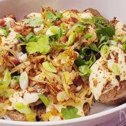 Loaded geroosterde aardappels met kaassaus