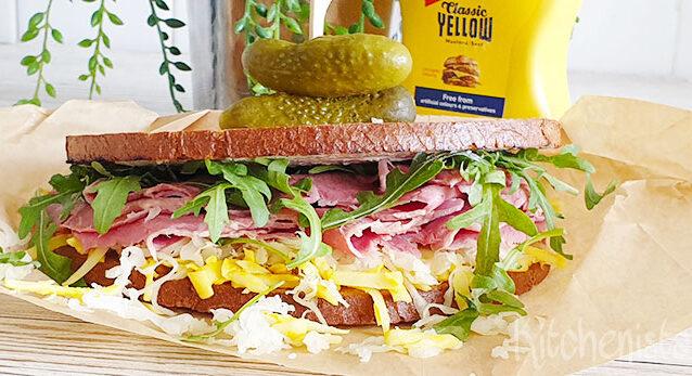 Pastrami of pekelvlees roggebrood sandwich met zuurkool