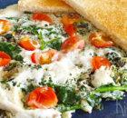 Eiwitomelet met cherrytomaatjes, spinazie, ui en kaas