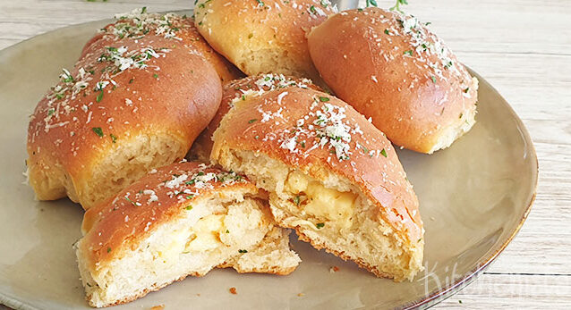 Gevulde kaasbroodjes met knoflook en Parmezaan topping