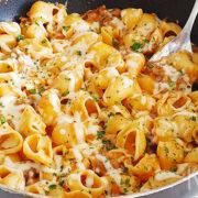Macaroni & cheese met rundergehakt uit de pan