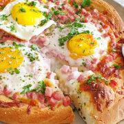 Ontbijt pizza bianca met ham, mozzarella en eieren
