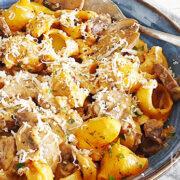 Stroganoff van kastanjechampignons en pasta