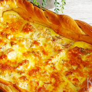 Hartige taart met witte asperges en zalm