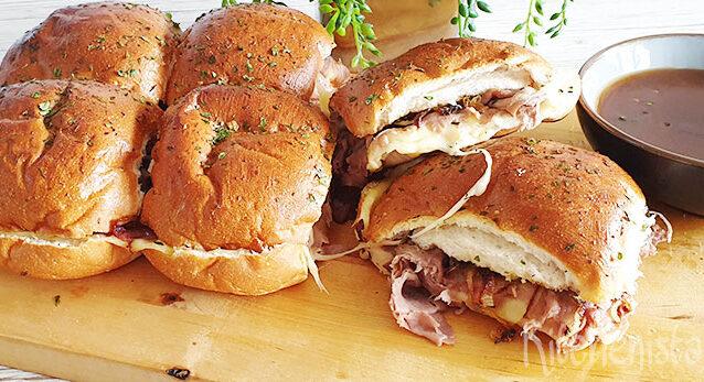 Warme rosbief en kaas broodjes met jus om in te dippen