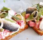 Smørrebrød met bietensalade en zure haring