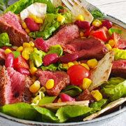 Tex-Mex biefstuk salade met maïs en bonen